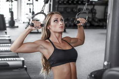 Blonde bodybuilder pulldown practice Stock Photos