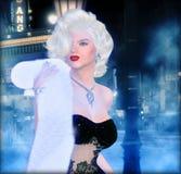 Blonde Bombe auf einer nebeligen Straße in einer Stadt Lizenzfreies Stockfoto