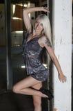 Blonde Bombe gewölbt im Eingang Lizenzfreies Stockfoto