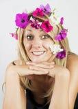 Blonde bonito com as flores em seu cabelo Imagem de Stock