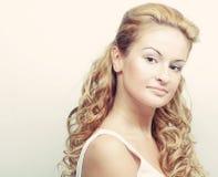 blonde bonito com cabelo curly Fotos de Stock Royalty Free