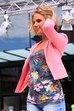 Blonde Brückenshow der jungen Frau Stockfotos