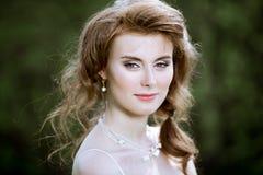 Blonde Braut der Nahaufnahme mit Modehochzeitsfrisur und -make-up Stockfotos