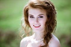Blonde Braut der Nahaufnahme mit Modehochzeitsfrisur und -make-up Lizenzfreies Stockfoto