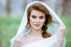 Blonde Braut der Nahaufnahme mit Modehochzeitsfrisur und -make-up Stockbild