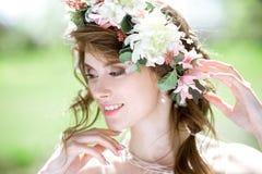 Blonde Braut der Nahaufnahme mit Modehochzeitsfrisur und -make-up Lizenzfreie Stockbilder