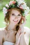 Blonde Braut der Nahaufnahme mit Modehochzeitsfrisur und -make-up Stockfoto