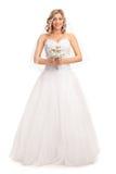 Blonde Braut, die eine Hochzeitsblume hält Stockbilder