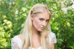 Blonde Braut, die friedlich Kamera betrachtet Lizenzfreies Stockfoto