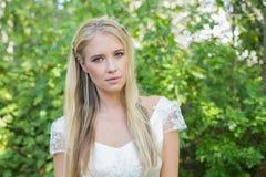 Blonde Braut, die Kamera betrachtet Stockfoto