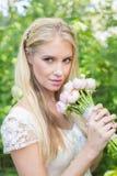 Blonde Braut, die rosa Blumenstrauß hält Lizenzfreie Stockfotos