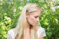 Blonde Braut, die ruhig schaut Stockbild