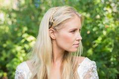 Blonde Braut, die weg schaut Lizenzfreies Stockfoto