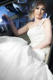 Blonde Braut in einem Auto Stockbilder