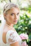 Blonde Braut in einem Schleier, der zur Kamera schaut Lizenzfreie Stockfotografie