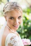 Blonde Braut in einem Schleier lächelnd zur Kamera Lizenzfreie Stockbilder