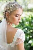 Blonde Braut in einer hinteren Ansicht des Schleiers Stockbilder