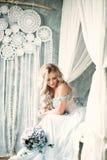 Blonde Braut-Frau mit Blumen-Anordnung Stockfotografie
