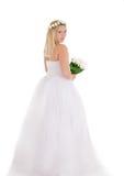 Blonde Braut im Kranz und Blumenstrauß, der rückwärts steht Lizenzfreies Stockfoto