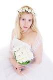 Blonde Braut im Kranz und im Blumenstrauß Stockfoto