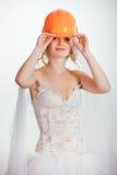 Blonde Braut im Sturzhelm und im Hochzeitskleid Lizenzfreie Stockbilder