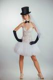 Blonde Braut im tophat mit Schleier und langen schwarzen Handschuhen Stockbilder