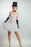 Blonde Braut im tophat mit Schleier und langen schwarzen Handschuhen Lizenzfreies Stockbild