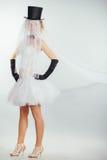 Blonde Braut im tophat mit Schleier und langen schwarzen Handschuhen Lizenzfreie Stockbilder