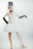 Blonde Braut im tophat mit Schleier und langen schwarzen Handschuhen Stockfoto