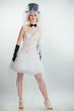 Blonde Braut im tophat mit Schleier und langen schwarzen Handschuhen Stockfotos