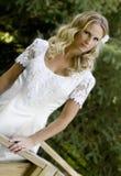 Blonde Braut im weißen Kleid Stockfotos