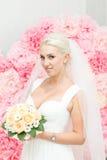 Blonde Braut im weißen Kleid Lizenzfreies Stockfoto