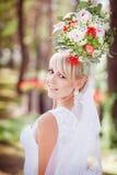 Blonde Braut mit einem Blumenstrauß Lizenzfreie Stockbilder