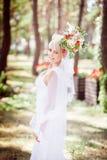 Blonde Braut mit einem Blumenstrauß Lizenzfreies Stockfoto