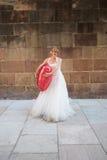 Blonde Braut mit einem großen Ballon Stockfoto