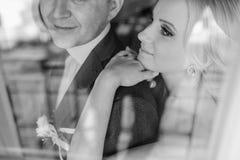 Blonde Braut mit ihrem Bräutigam Lizenzfreies Stockbild