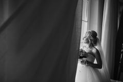 Blonde Braut mit ihrem Bräutigam Stockbild