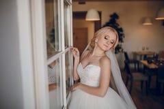 Blonde Braut mit ihrem Bräutigam Lizenzfreie Stockfotos