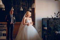 Blonde Braut mit ihrem Bräutigam Stockbilder