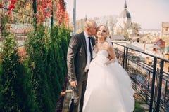 Blonde Braut mit ihrem Bräutigam Lizenzfreies Stockfoto