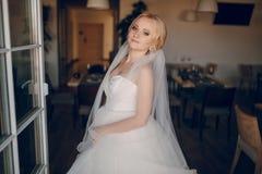 Blonde Braut mit ihrem Bräutigam Lizenzfreie Stockbilder