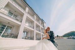 Blonde Braut mit ihrem Bräutigam Stockfoto