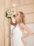 Blonde Braut nahe Spalte Stockfotografie
