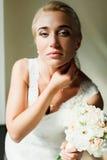 Blonde Braut schaut herrliche Stellung in den Lichtern der Mittagssonne Lizenzfreie Stockfotos