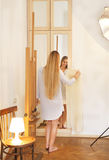 Blonde Braut schaut im Spiegel Brautmorgen Lizenzfreies Stockfoto