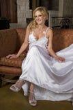 Blonde Braut-tragendes Hochzeits-Kleid Stockbild