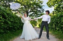 Blonde Braut und Bräutigam Lizenzfreie Stockbilder