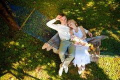 Blonde Braut und Bräutigam in der Natur Lizenzfreie Stockbilder