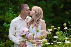 Blonde Braut und Bräutigam in der Natur Stockfotos