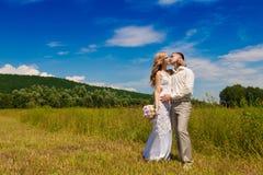 Blonde Braut und Bräutigam in der Natur Lizenzfreies Stockfoto